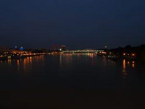 Rechts der Brücke